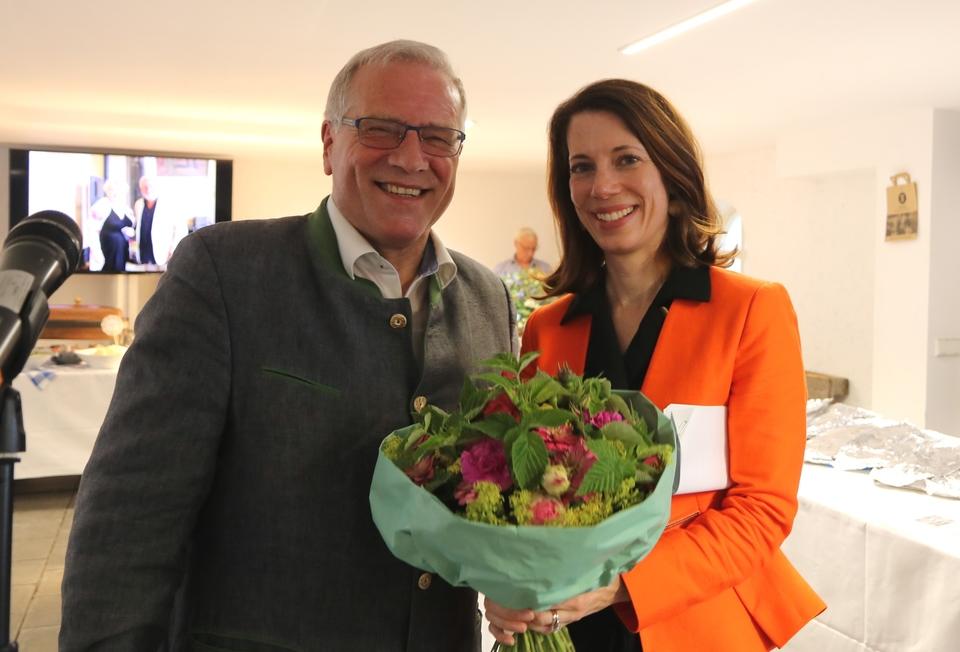 AK-Vorsitzender Johannes Hintersberger bedankte sich bei der US-Generalkonsulin, Meghan Gregonis, für ihr Kommen.
