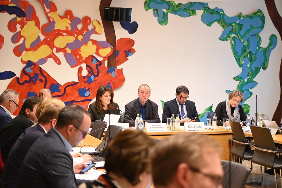 Staatsministerin Michaela Kaniber berichtet im Ausschuss für Ernährung, Landwirtschaft und Forsten zum Schädlingsbefall in bayerischen Wäldern