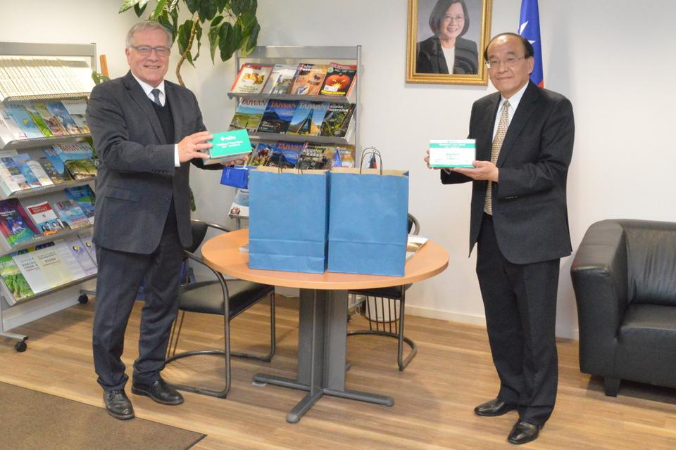 Der Vorsitzende des Arbeitskreises Wehrpolitik der CSU-Fraktion, Johannes Hintersberger, mit dem Generaldirektor der Taipeh Vertretung München, Tsong Ming Hsu, bei der Übergabe der Schutzmasken. (Foto: CSU-Fraktion)