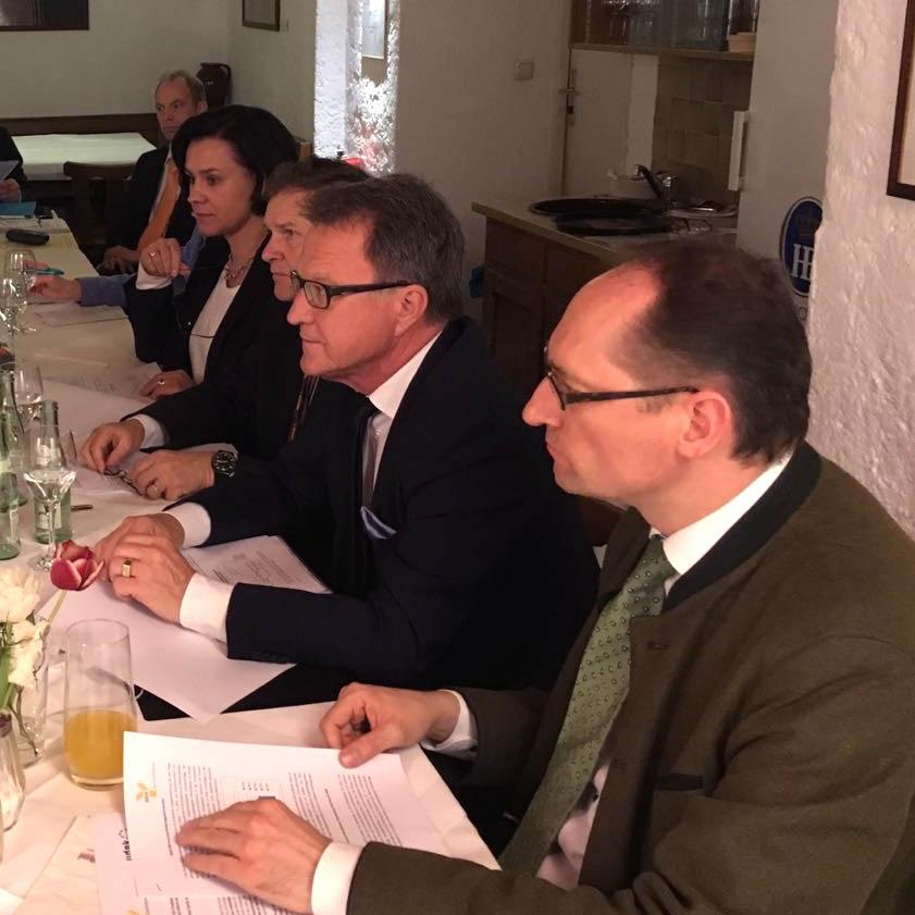 Gesundheitspolitiker der CSU-Landtagsfraktion und der CSU-Landesgruppe im Gespräch. Im Vordergrund: MdL Bernhard Seidenath, stellvertretender Vorsitzender des Ausschusses für Gesundheit und Pflege